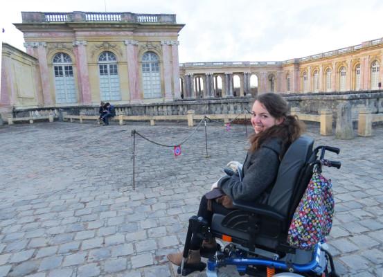 Audrey, devant le Petit Trianon du château de Versailles (photo prise par Julie Callabre)