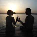 Voyager, c'est aussi boire de la bière pendant que le soleil se couche sur un lac.
