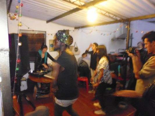 C'est la fête dans une auberge de Bogota