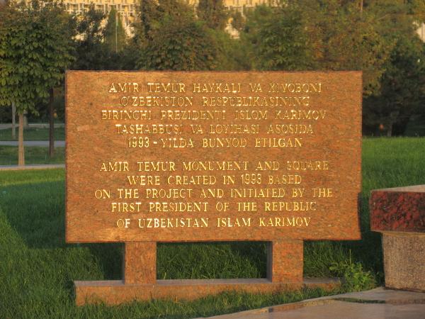 Panneau anglais-ouzbek à Tachkent